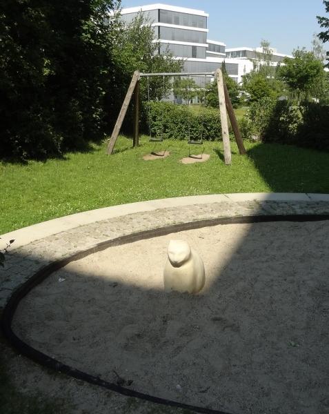 Richter_Streichelstein-Katze_im_Sandkasten_Wiesenschaukel_spezial_Innenhofspielplatz-2