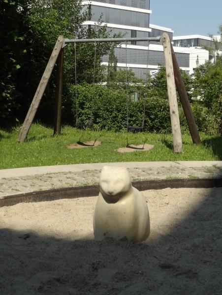 Richter_Streichelstein-Katze_im_Sandkasten_Wiesenschaukel_spezial_Innenhofspielplatz-4
