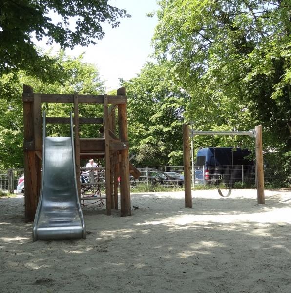 Richter_Bauwerksgeruest_Kleinkindschuakel_Spielplatz_in_der_Stadt-1