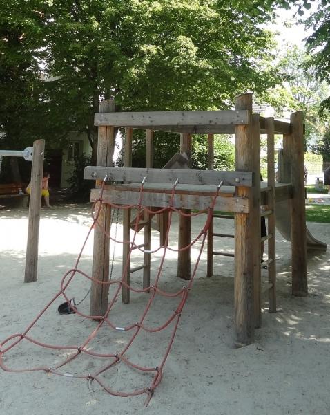 Richter_Bauwerksgeruest_Kleinkindschuakel_Spielplatz_in_der_Stadt-2