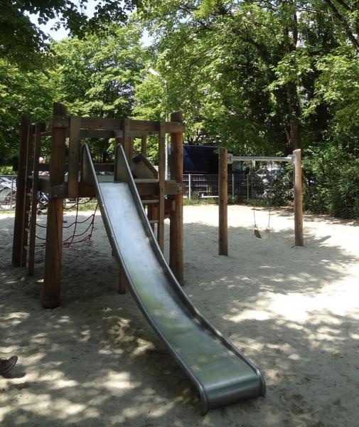 Richter_Bauwerksgeruest_Kleinkindschuakel_Spielplatz_in_der_Stadt-5
