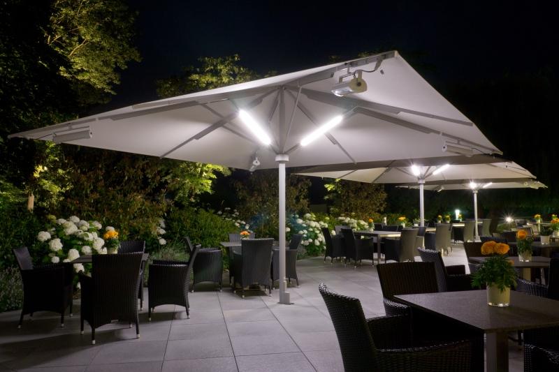 Riesiger-Sonnenschirm-Gastroschirm-Big-Ben-von-Caravita-quadratisch-mit-Beleuchtung-Elegance-Hotel-Kempinski-02