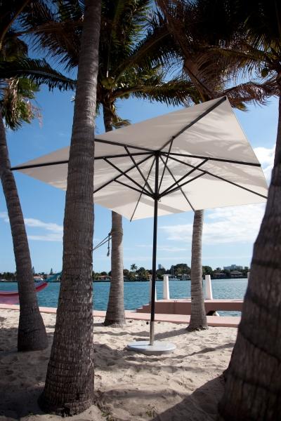 Sonnenschirm-Primus-von-Caravita-quadratisch-in-weiss-am-Strand-01