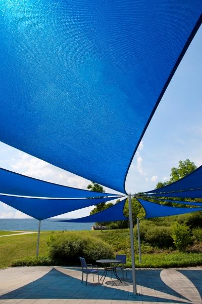 Sonnensegel-Home-Comfort-von-Caravita-in-blau-Dreick-Installation
